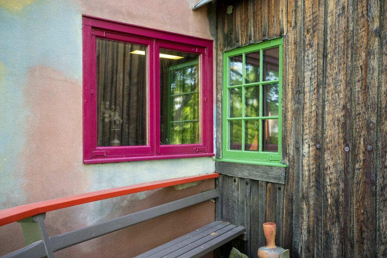 pink window and green window